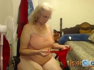 Twiddles live on streamate shows her pussy tits and ass